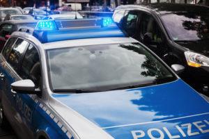 Als Geschädigter sollten Sie eine Anzeige wegen Fahrerflucht bei der Polizei aufgeben.
