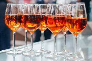 Abstinenznachweis: Wie lange Alkohol im Urin nachweisbar ist, hängt mitunter von der konsumierten Menge ab.