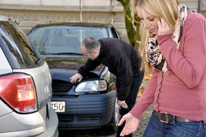 Knallt eine Autotür gegen ein anderes Auto, haftet der Fahrzeughalter.