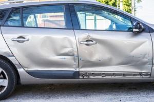Nach einem Autounfall kann das Gutachten Kosten verursachen – die aber u. U. von der Versicherung übernommen werden.
