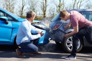 Autounfall: Zum richtigen Verhalten gehört auch der Austausch von Kontaktdaten.