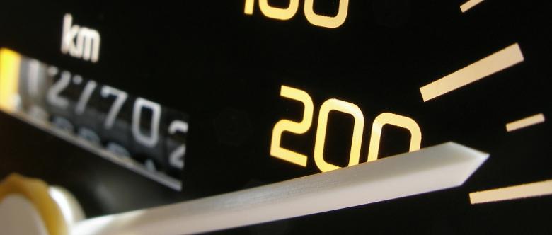 """Wird ein Bußgeldbescheid aufgrund einer Geschwindigkeitsüberschreitung versendet, ist oft von einem """"Blitzerbescheid"""" die Rede."""