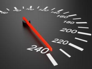 Einen Führerscheinentzug wegen einer Geschwindigkeitsüberschreitung ist eher unwahrscheinlich. Hier können Sie eher mit einem Fahrverbot rechnen.