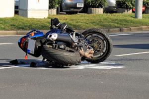 Sie sollten einem Motorradfahrer den Helm abnehmen, wenn dieser bei einem Unfall das Bewusstsein verloren hat.
