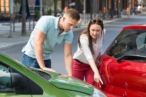 Nach einem Parkschaden kann eine Anzeige drohen, wenn Sie einfach wegfahren anstatt auf den Besitzer des anderen Autos zu warten.