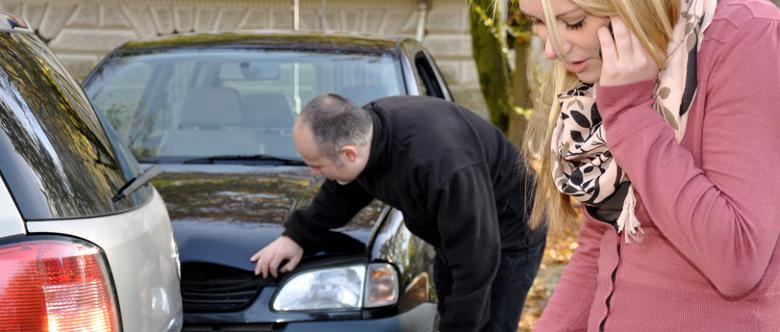 Bevor die Polizei zum Unfall gerufen wird, sollte die Unfallstelle abgesichert werden.