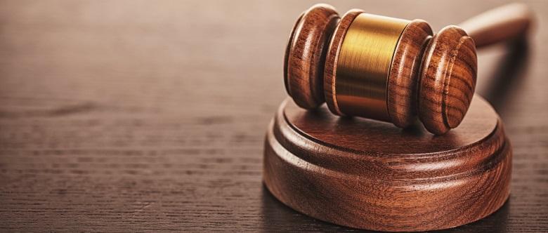 Wer eine Sperrfristverkürzung nach einer Alkohol- oder Drogenfahrt erreichen will, muss bei Gericht einen entsprechenden Antrag stellen.