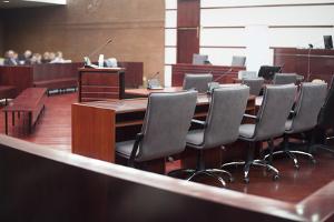 Wenn eine Verurteilung wegen einer Straftat wahrscheinlich ist, eröffnet das Gericht das Hauptverfahren.