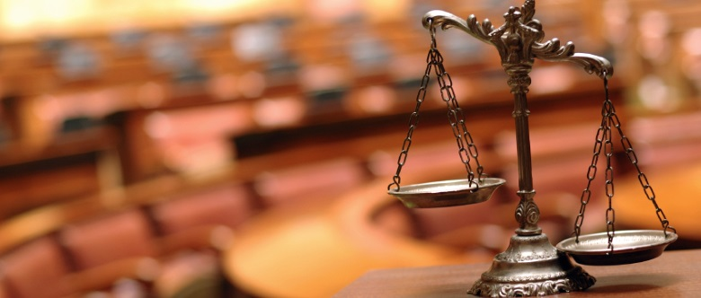 Straßenverkehrsdelikte lassen sich in Ordnungswidrigkeiten und Straftaten untergliedern, erstere werden in der Regel allerdings nicht vor dem Amtsgericht verhandelt.