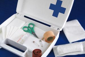 Um nach einem Unfall helfen zu können, ist ein Verbandskasten von zentraler Wichtigkeit.