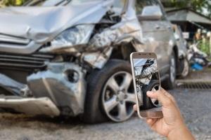Nach einem Unfall sieht die Vorgehensweise die Dokumentation der Unfallstelle vor.