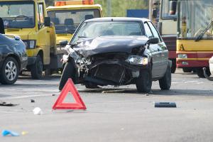 Bevor Sie den Unfallbericht erstellen, sollten Sie unbedingt die Unfallstelle sichern.