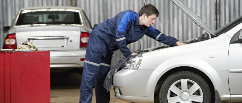 Der Unfallgutachter führt eine genaue Untersuchung des Fahrzeugs und der Unfallschäden durch.