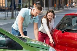 Unfallhergang beschreiben: Der Europäische Unfallbericht hilft bei der Schilderung.